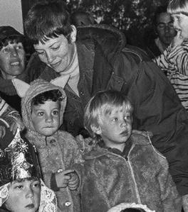 ארז (מימין) בוהה בג'ירפות בבית הילדים